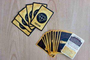 Reflets d'Acide ! : Au début du jeu, vous piochez une carte trésor et une carte quête