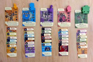 The Loop : Chaque agent vient avec son propre deck, sa figurine en bois, et sa fiche personnage