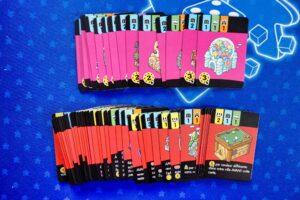 Happy City : Vous trouverez dans votre boîte des cartes : - Bâtiments spéciales pour le mode classique (couleur rose) - Bâtiments pour le mode expert (couleur rouge)
